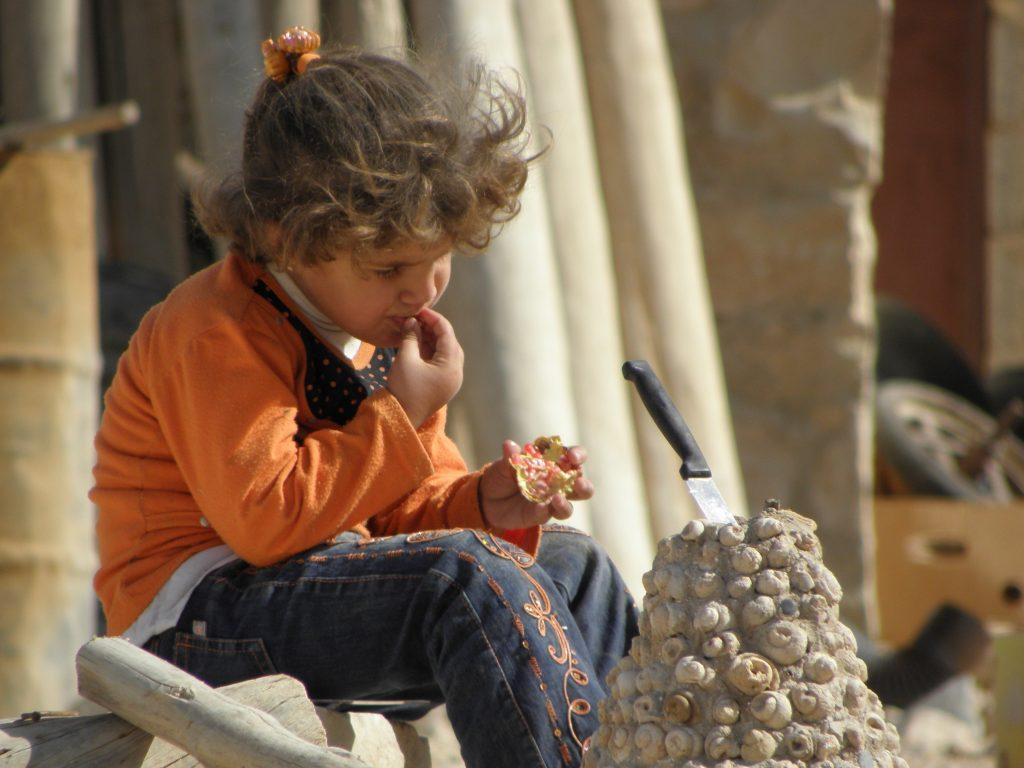 Syrie meisje eet granaatappel