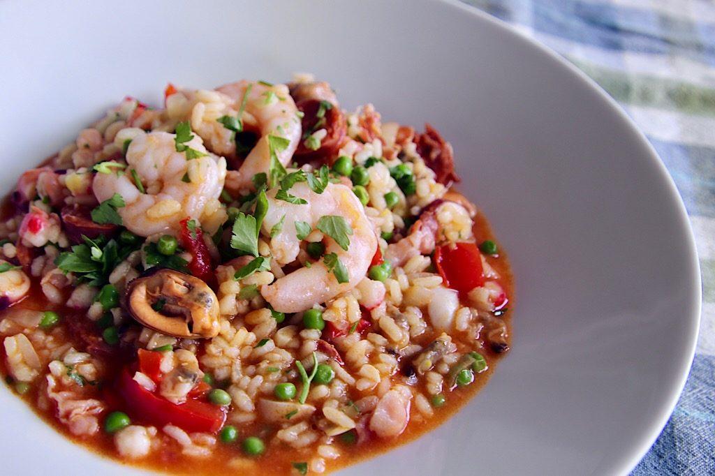 Paella, met chorizo, bacon en zeevruchten